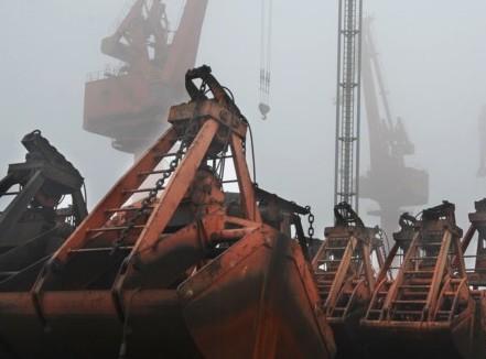 江苏连云港港塔吊抓斗因大雾置放地面