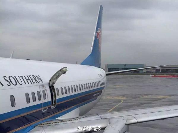 成都:飞机乘客想透气拉开安全门 致航班延误1小时左右   据《成都商报》3月9日报道,9日,成都飞乌鲁木齐CZ3693航班上的一位乘客误把安全门打开,导致航班延误一小时左右。事后该男子向乘务员解释此举只是想在起飞前透透气,看到安全门的把手以为可以升降,因此错把靠窗的安全门打开。     现场照片   据了解,CZ3693航班原计划在9:55分起飞,在9点25分完成登机后,位于靠窗的41A座的旅客,因为觉得机舱有些闷,想透气,看到安全门的把手以为可以升降,因此操作失误把靠窗的安全门打开。哗的一