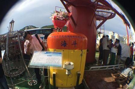 10767米!中国无人潜水器创造深潜纪录