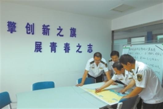 海事青年们在创新工作室研究课题.