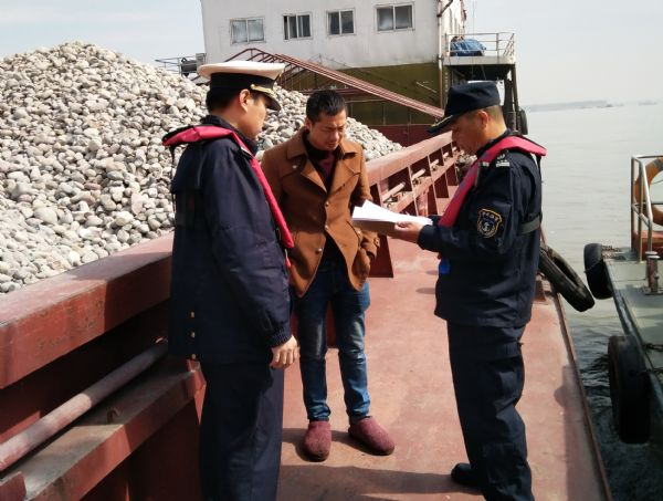 提示,对疑似超吃水、超载、船名标识不清楚的船舶,进行登船检查,图片