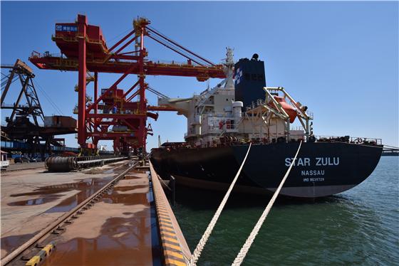 河北港口集团秦皇岛港矿石码头桥式卸船机首卸成功