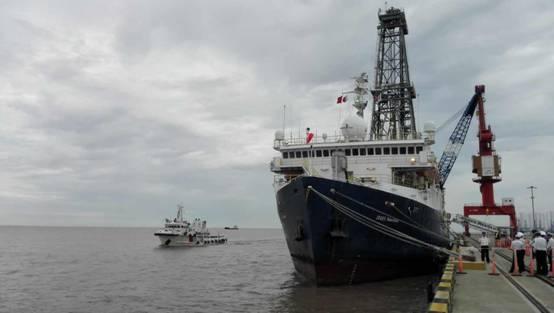 世界最先进大洋钻探船安全靠泊上海港