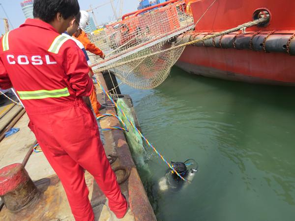 7月30日上午,北海救助局天津救助基地接大海港湾船务公司求助信息,海洋石油566船推进器缠绕,现靠泊在渤海石油码头,需要基地派遣救助力量进行水下清障。   天津救助基地将情况上报北海救助局值班室,得到许可指令后救助分队5名队员和3名志愿者赶赴渤海石油2号码头。按照救助预案程序要求,经风险评估后,1005时潜水员下水为海洋石油566船进行了水下清理作业。半个小时清理作业后,潜水员成功将缠绕在该船螺旋桨上的缆绳渔网等大量杂物清除干净,为其正常执行海上石油作业任务提供了安全保障。
