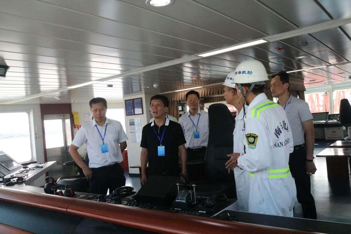 7月28日,部救捞局季求知副书记在南海救助局张贵平副局长、救助船队欧宇亭队长及广州救助基地李堂军主任、林塔伟书记陪同下,到南海救102轮调研指导工作。   季求知副书记登船后,参观了南海救102轮深海拖曳设备,认真听取了深海团队对深拖设备的情况介绍。在林周船长的陪同讲解下,季副书记驻足欣赏船舶文化走廊,并仔细查看了船员住舱、船舶厨房、菜库等场所,详细询问船员的工作生活情况。   期间,季副书记还观看了南海救102轮宣传片,并就如何改善救助船员工作生活环境与大家深入座谈。
