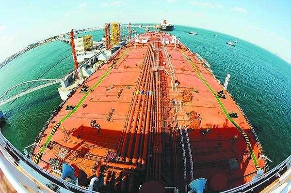 青岛日照港外油轮排队,折射出怎样的信号?