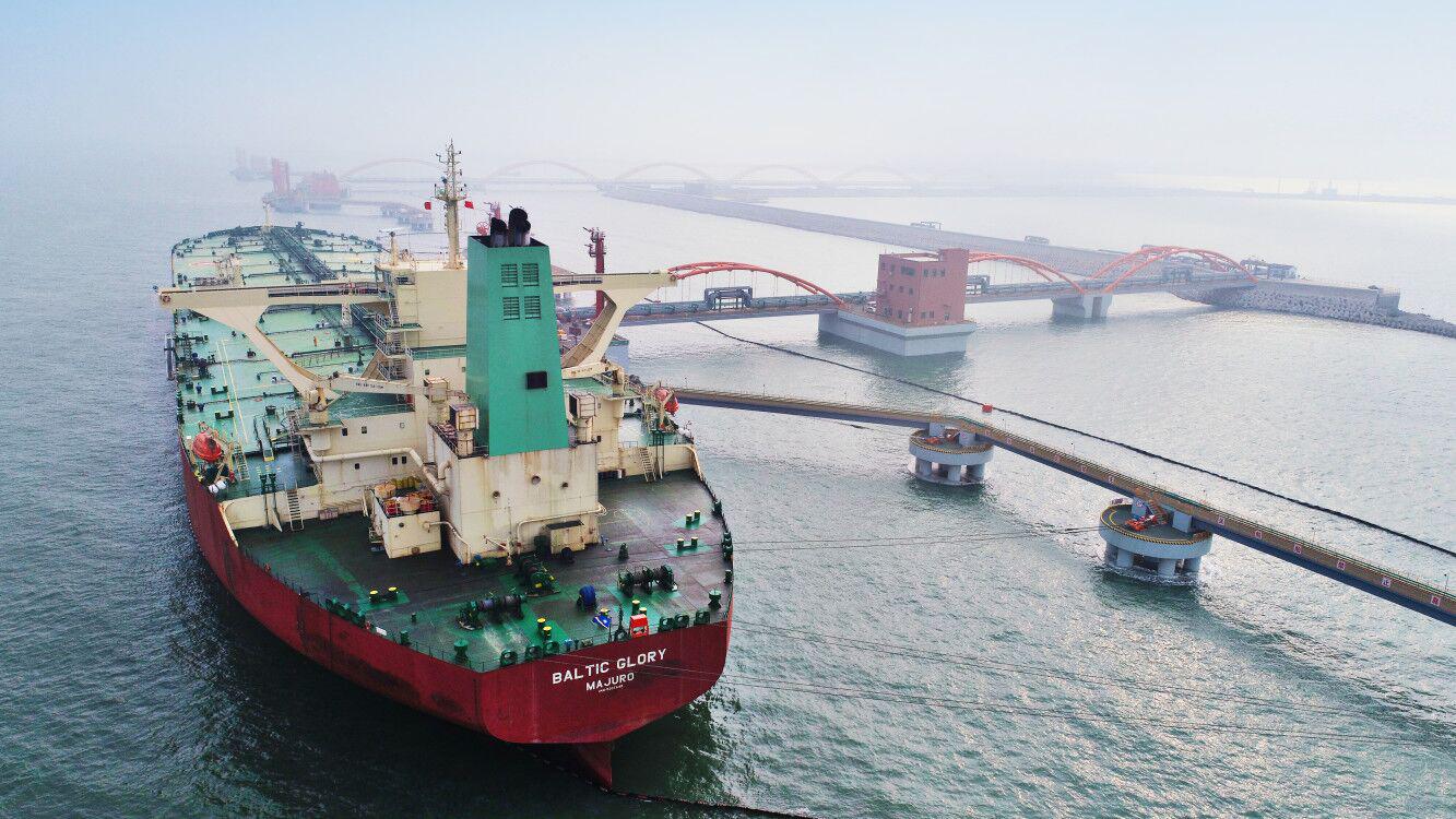 """""""波罗的海荣耀""""号油轮靠泊日照港第三座30万吨级原油码头"""