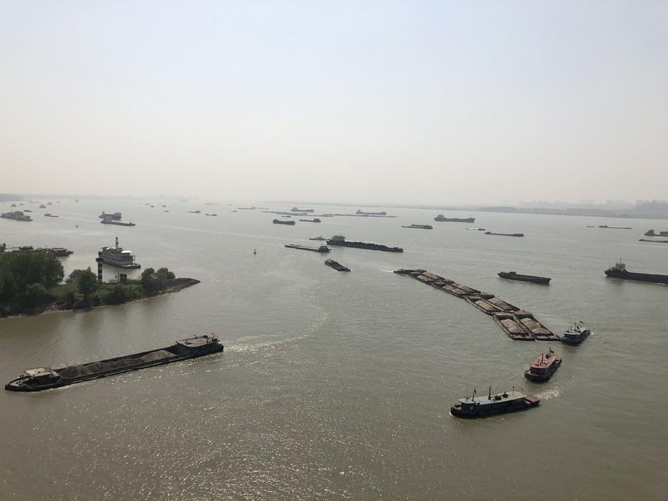 船舶险情数同比下降74%、发生事故数同比下降67%5月23日,镇江海事局和扬州海事局联合召开工作评估会,晒出了六圩河口联合监管一周年来的成绩单。   一年前,镇江、扬州两地海事把单位的一线党员集中起来,发挥党员的先锋模范作用和支部的战斗堡垒作用,定艇、定人,在六圩河口设立长江水上交通第一岗,形成了攻坚克难强大合力,突破了重点水域联合管控难题。   未来,海事部门还将继续放大科技信息技术在六圩河口水域安全监管中的深度效应。镇江海事局局长、党组书记张金宝表示,该局将继续在河口水域推进智