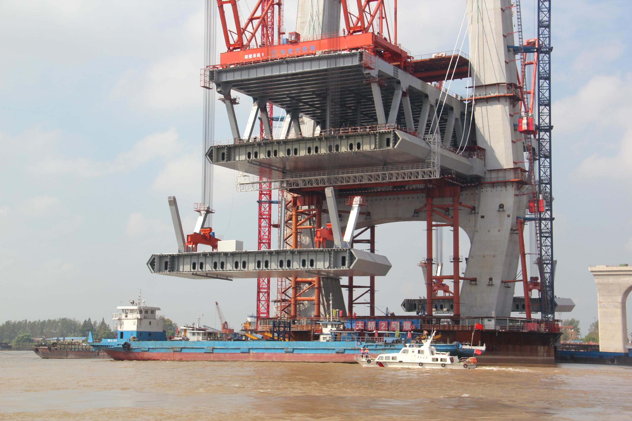 芜湖海事维护商合杭大桥桥梁吊装水上通航安全